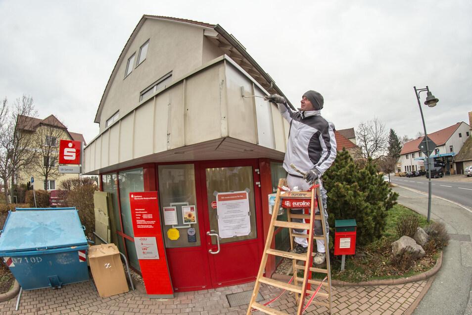 In den vergangenen Tagen wurde an der Sparkassen-Filiale in Kodersdorf kräftig umgebaut und modernisiert. Am Freitag geht sie runderneuert wieder in Betrieb.