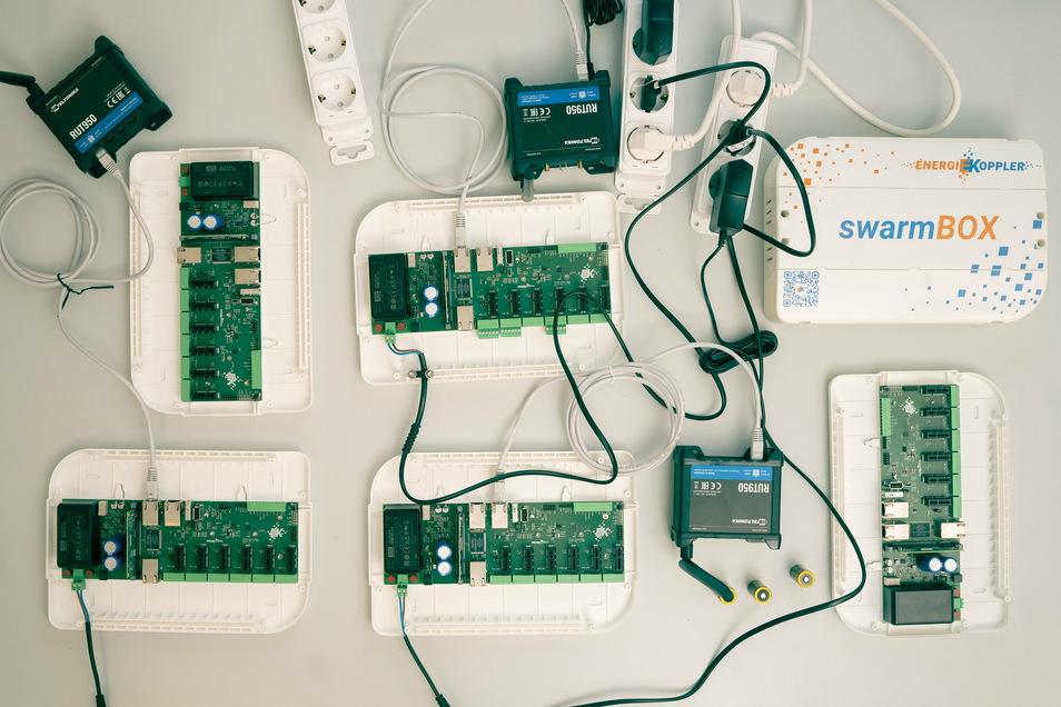 Gemeinsam mit dem Energie- und Kommunikationsdienstleister EWE haben die Energiekopller 17 Einfamilienhäuser zu einer Energiecommunity zusammengeschlossen und den Stromverbrauch der jeweiligen Abnehmer harmonisiert. Möglich machen das diese kleine weiße B