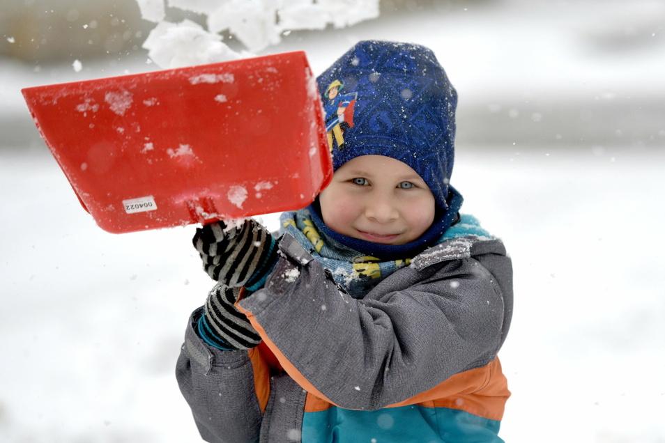 Der kleine Oskar hilft in Löbau seiner Mutter beim Schneeschieben.