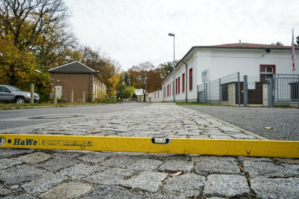 Auch in der Gemeinde Obergurig gab es Probleme mit dem Breitbandausbau. Weil beispielsweise das Granitpflaster nicht ordentlich verlegt wurde, senkt sich an der Bahnhofstraße in Singwitz der Gehweg.
