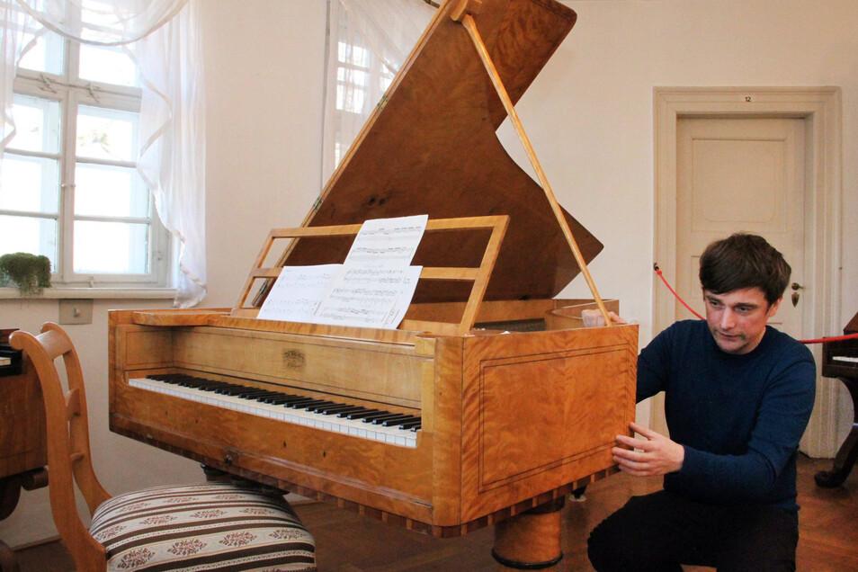Hat auf diesem Klavier Mozart gespielt? Stefan Hindtsche vom Musikinstrumenten-Museum in Markneukirchen konnte die Antwort mit seinem Team herausfinden.