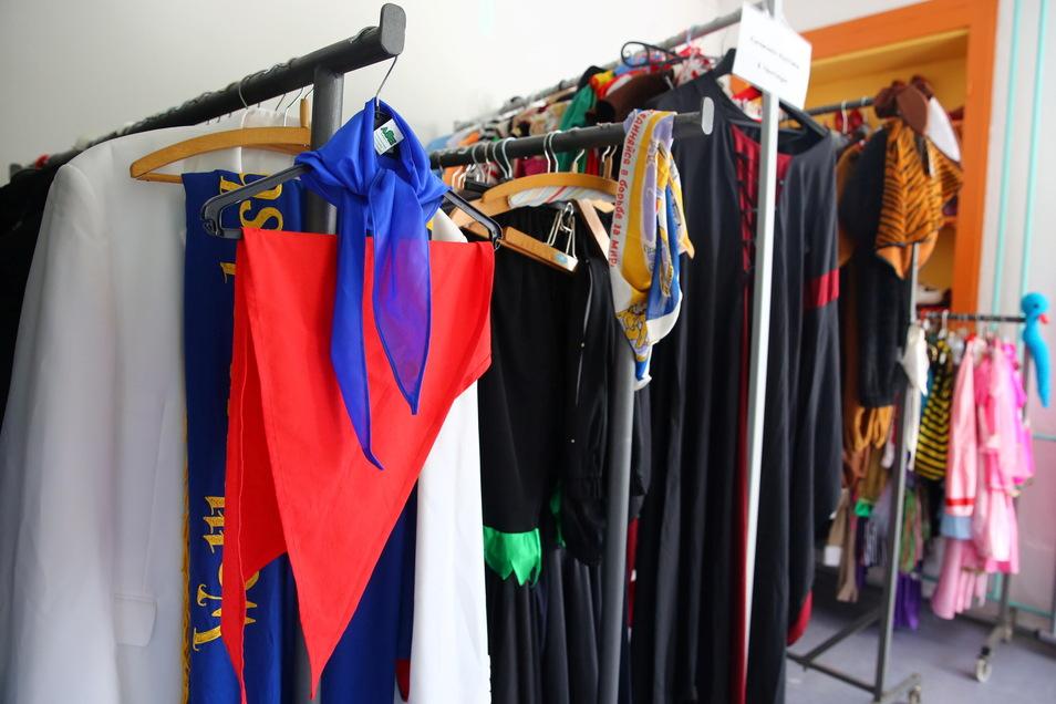 Vom einfachen Karnevalskostüm bis zu hochwertigen Theaterkleidern oder Brautmode ist alles zu haben. Die Ausleihe für sieben Tage kostet zwischen elf und 26 Euro - je nach Kostüm.
