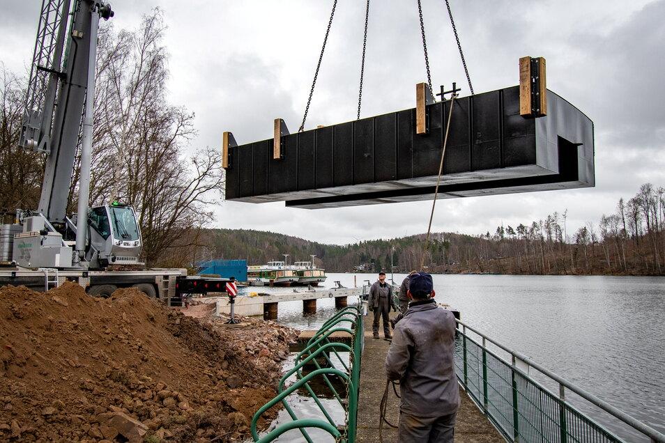 Hier hängt der Fähranleger noch am Haken eines etwa 30 Meter hohen Krans. Mit dem Umbau des Hafengeländes an der Talsperre Kriebstein ist der marode Anleger durch einen neuen ersetzt worden.