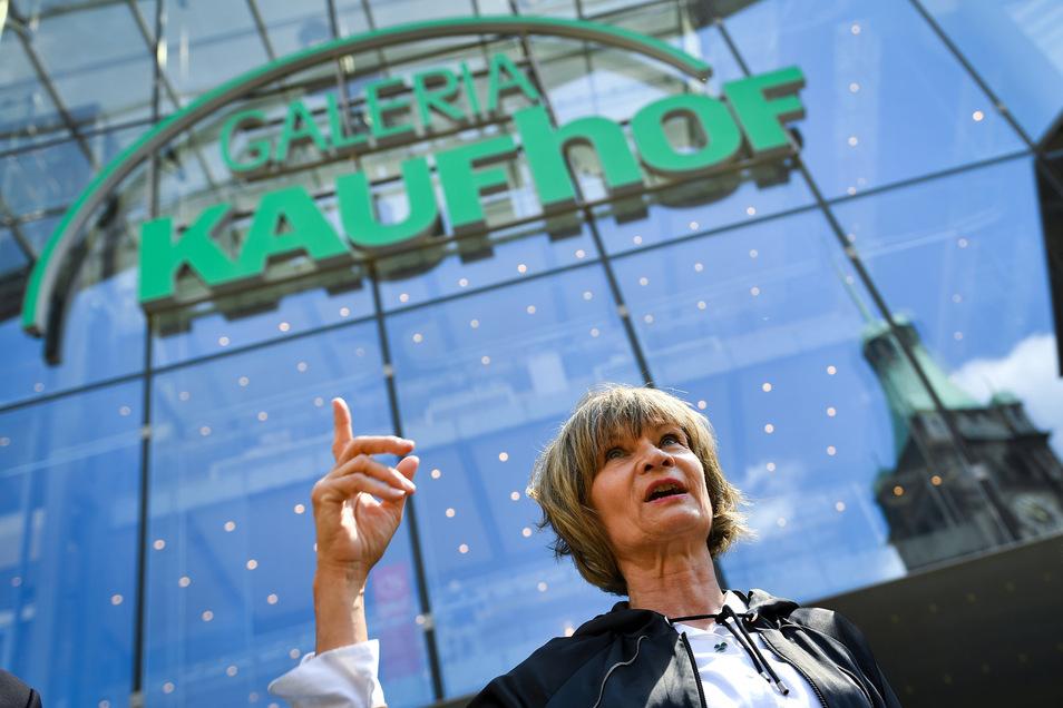 Barbara Ludwig (SPD), Oberbürgermeisterin von Chemnitz, beantwortet vor dem Galeria Karstadt Kaufhof am Markt Fragen von Journalisten zur Schließung.