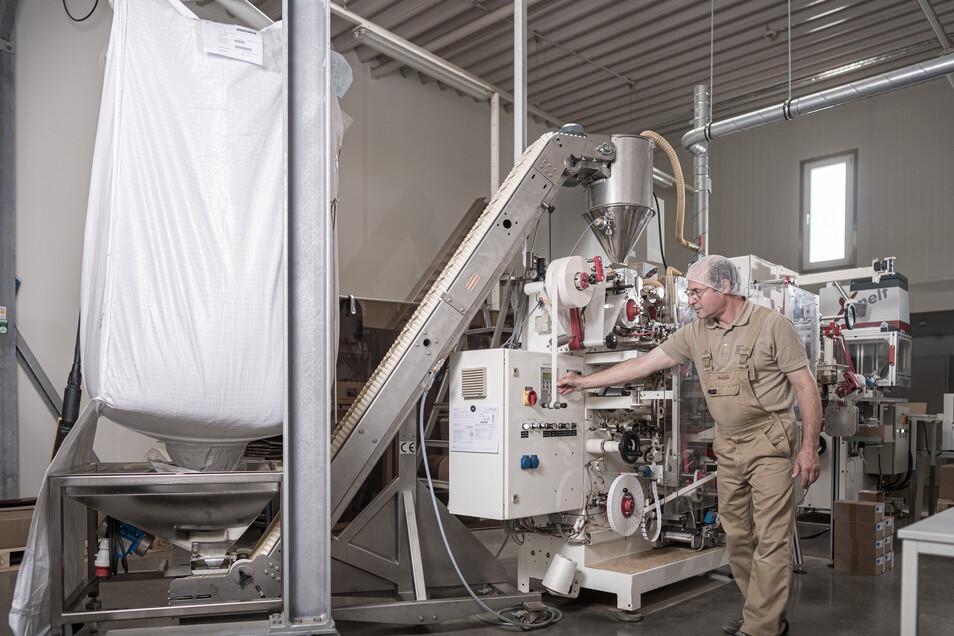 Andreas Voigt an einer sogenannten Big Bag Beschickung in der Produktion der Bombastus Werke