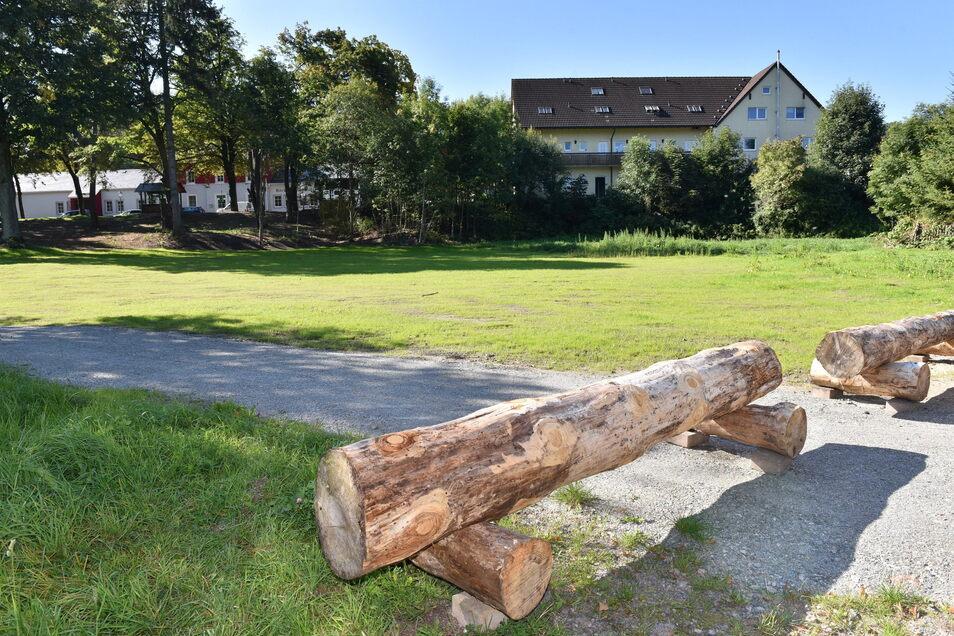 Wo einst der Geisinghof stand, wurde fürs erste eine Wiese angelegt.