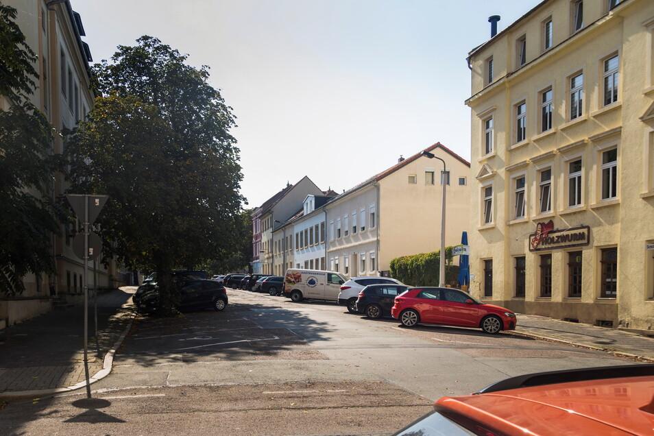 Auf diesem Abschnitt der Schillerstraße in Riesa soll voraussichtlich noch diesen Monat Kanalbauarbeiten starten.