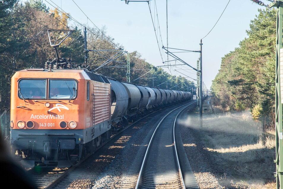 Das Bild auf der elektrifizierten Bahnstrecke ab der deutsch-polnischen Grenze könnte sich wandeln. Der frühere Landrat Erich Schulze schlägt vor, hier auch Personenverkehr mit Elektroloks fahren zu lassen.