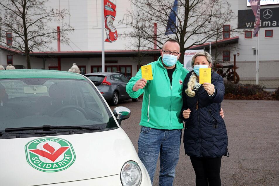 Sie sind geimpft und haben den Eintrag im Impfpass - Mitarbeiter der Volkssolidarität im Coswiger Stützpunkt. Diese Woche waren sie mit weiteren Kollegen im Impfzentrum vom Landkreis Meißen, der Sachsenarena in Riesa.