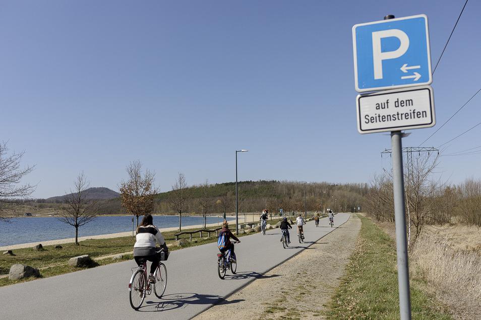 Die Zufahrt zum Berzdorfer See ist seit Ostern für Autos gesperrt. Daher waren verhältnismäßig wenige Ausflügler am See.
