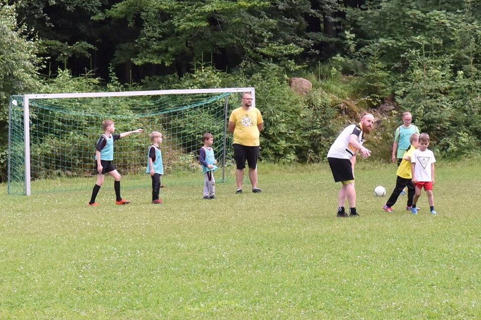 Die Geisinger Kinder jagen auf dem Fußballplatz wieder dem Ball hinterher. Lange war das Areal sich selbst überlassen, bis einige Enthusiasten hier Ordnung schafften.