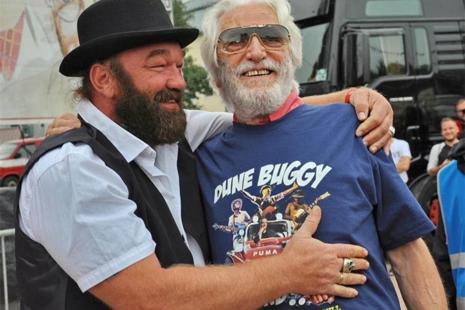 """Der heute 84-jährige Riccardo Pizzuti war einst der """"Prügelknabe"""" von Bud Spencer. Hier zeigt er sich mit einem Double des Schauspielers."""