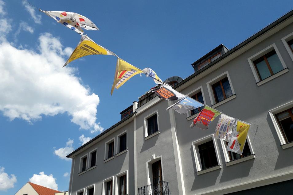 """Seit Wochenbeginn flattern über dem """"Boulevard Altstadt"""" wieder die Fahnen, die Gymnasiasten zum Thema Bauhaus gestaltet haben."""