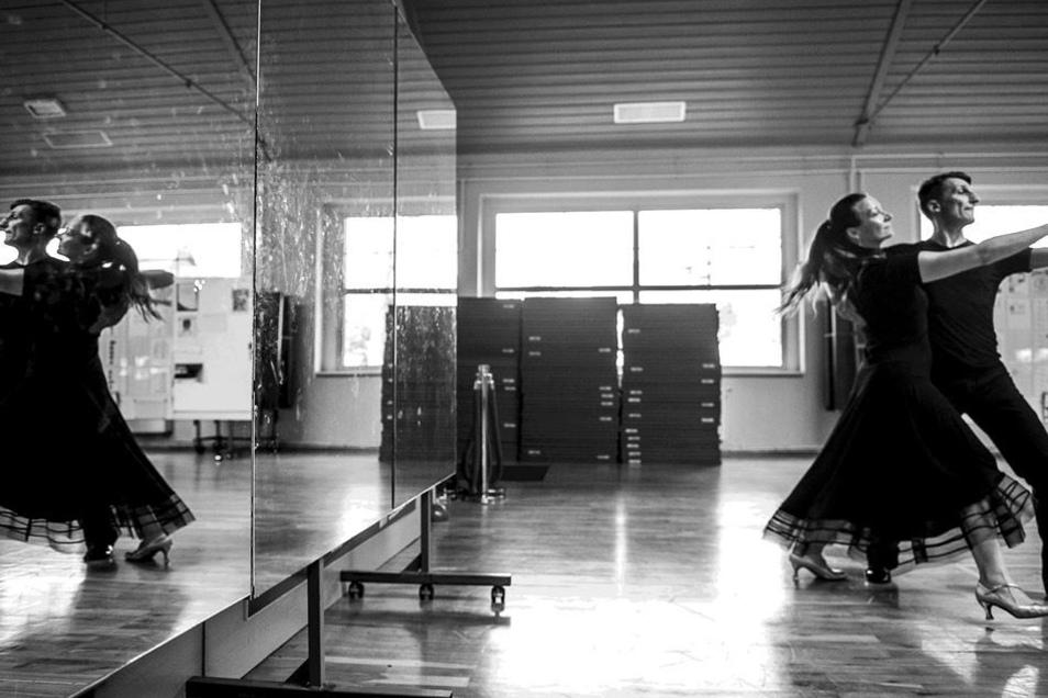 Manchmal tanzen Schmidts auch in der Flora, wenn sonst keiner da ist. Die Matten der Kampfsportler stapeln sich an der Wand, die Tänzer brauchen vor allem Platz.