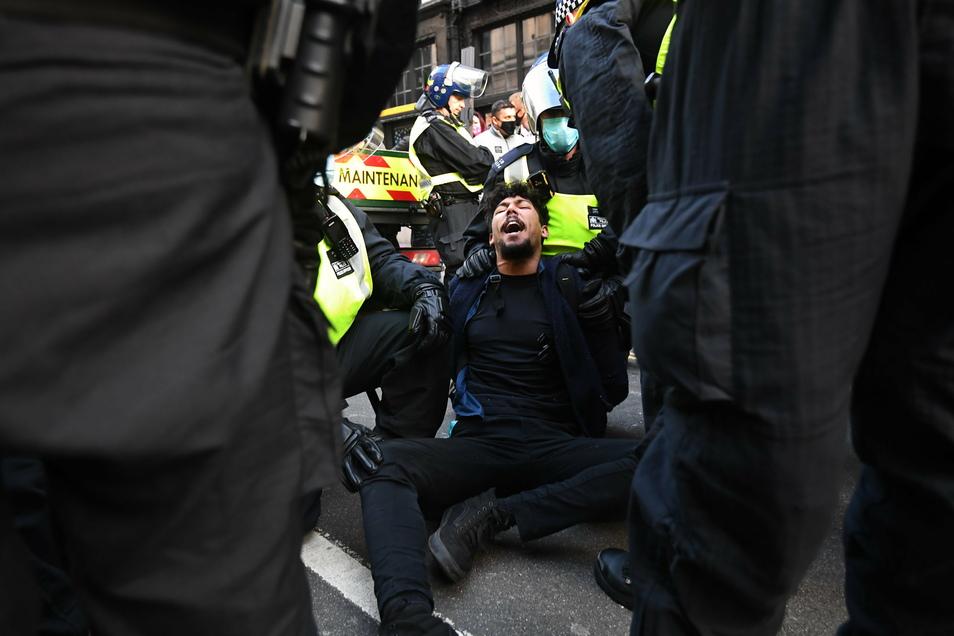 Bei Protesten gegen die Corona-Beschränkungen hat die Polizei in London Dutzende Menschen festgenommen.