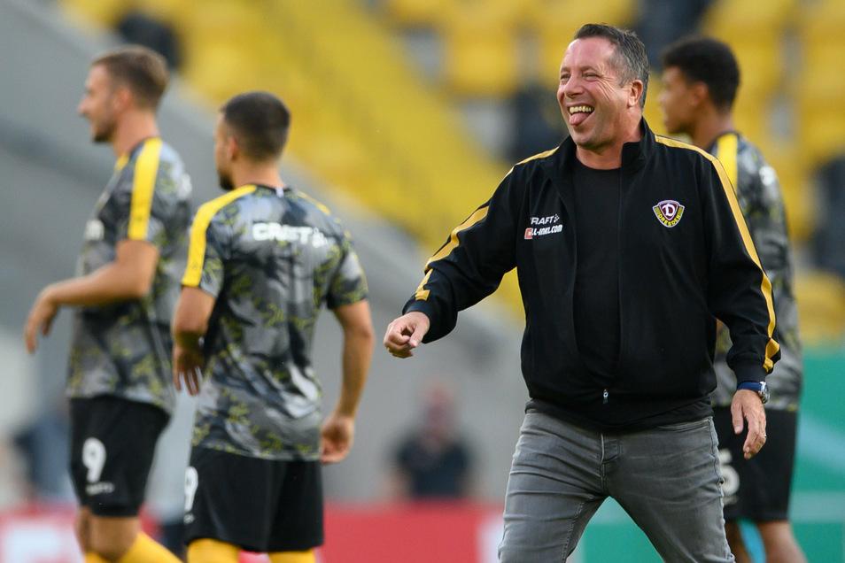 Er hat gut lachen, und das auch in den ersten Minuten: Dynamos Trainer Markus Kauczinski.