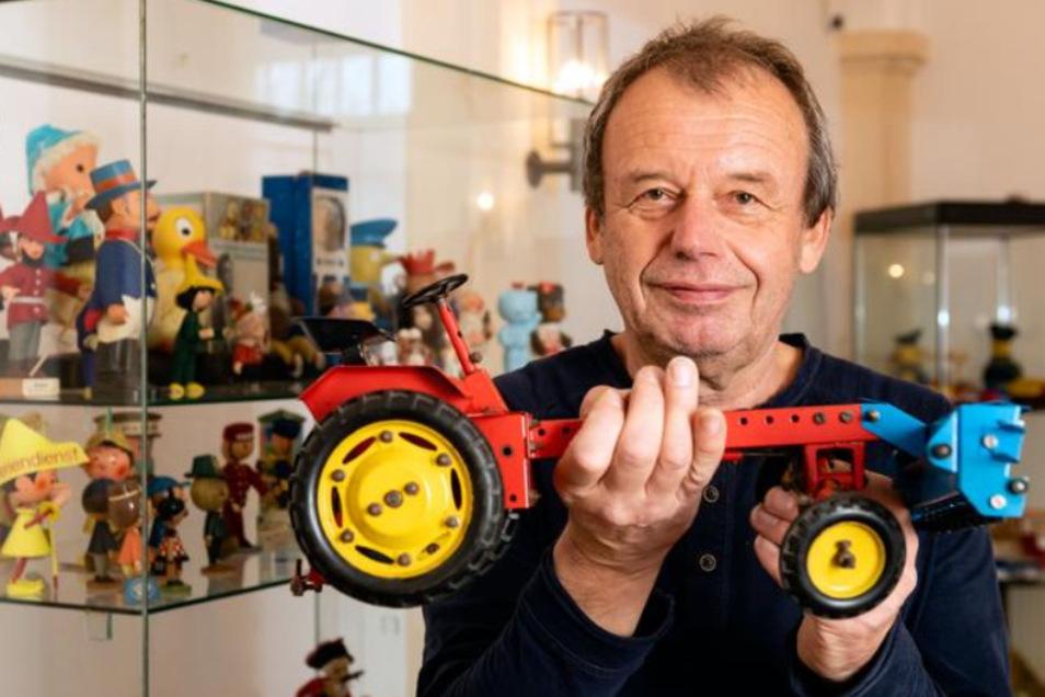 Spielzeugsammler Frank Lange zeigt das Modell eines Traktors RS 09 aus den ersten Jahren der DDR. Das Fahrzeug ist eins von rund 900 Exponaten, die der Putzkauer ab Sonntag im Barockschloss Rammenau ausstellt.
