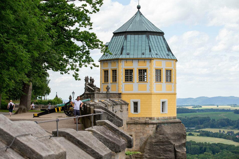 Viel Grün, weniger Besucher: Die Festung Königstein mit der Friedrichsburg.