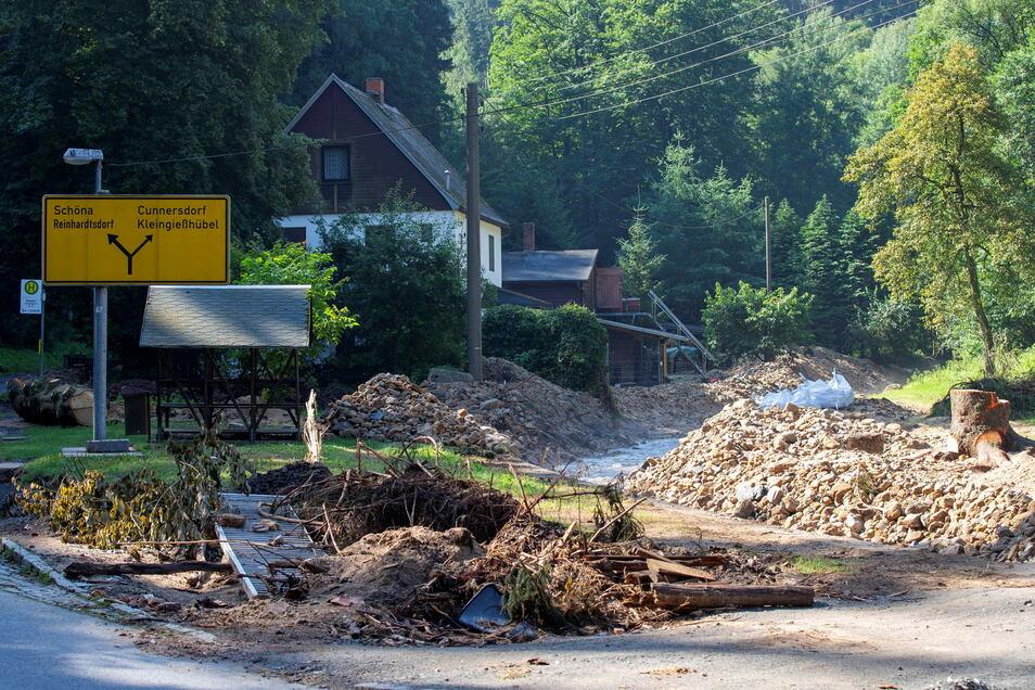 Ausgebaggertes Flussbett in Krippen. Der Wiederaufbau kann beginnen.