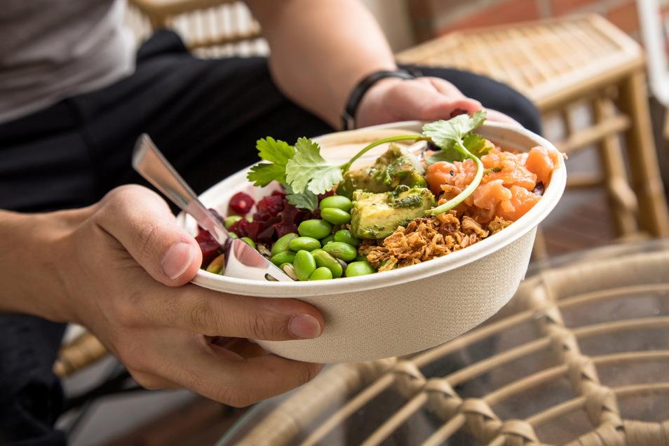 So sieht ein nahezu perfektes antientzündliches Essen aus: Eine Quinoa-Wildreis-Bowl mit Edamame, Lachs, Avocado und Roter Bete.