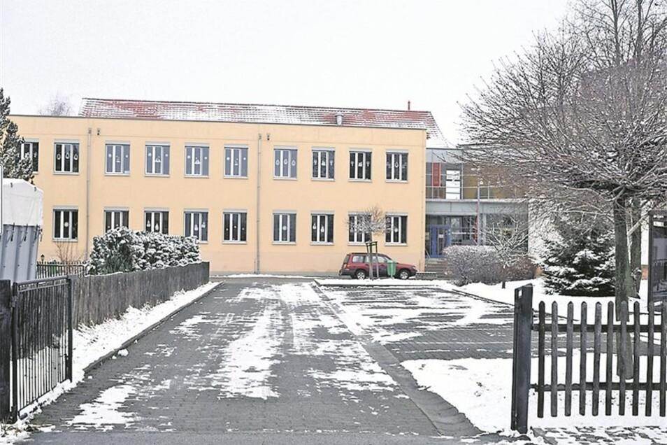 Die ehemalige Mittelschule in Leutersdorf (kl. Bild) ist 2005 abgerissen worden. Jetzt steht hier auf dem Grundstück die Grundschule der Gemeinde. Insgesamt 119 Grundschüler lernen hier derzeit. Und für das neue Schuljahr haben sich bereits wieder 27ABC-S