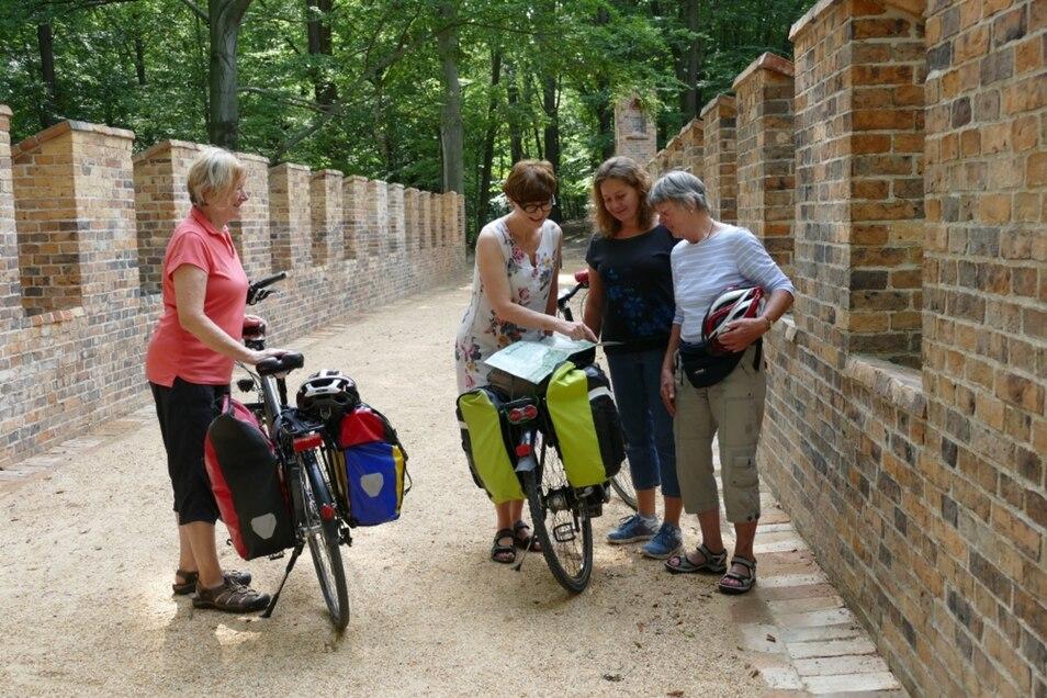 Auf dem Viadukt trafen Dr. Renata Stachanczyk und Barbara Iwlew (Mitte) Radwanderinnen aus Hannover, die auf dem Neißeradweg aus Zittau kamen.