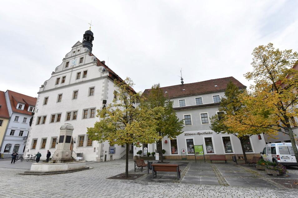 Das Gebäude mit der Apotheke soll bis 2022 zum Technischen Rathaus umgebaut werden, sodass oben die Verwaltung Büros bekommt und unten die Apotheke auch moderne Räume.