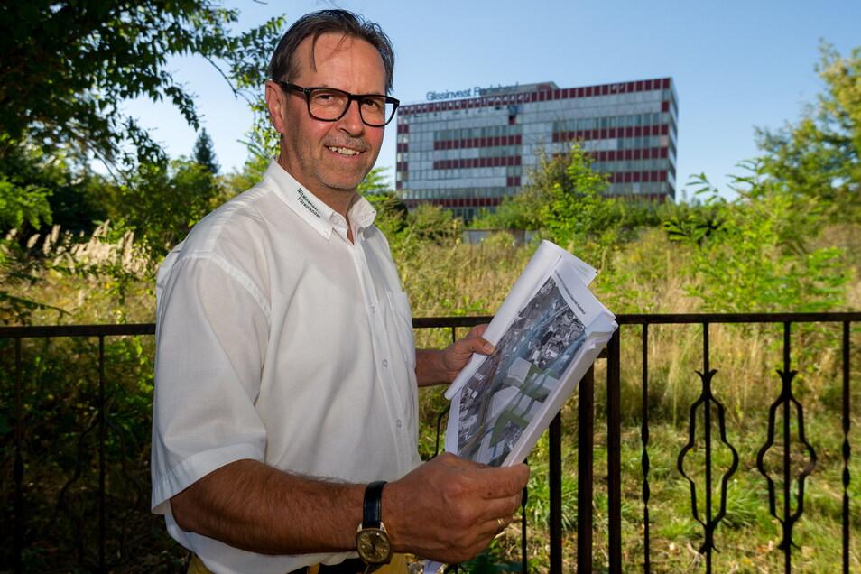 Ein Foto aus besseren Zeiten: Frank Stritzke (61) vor dem Gebäude von Glasinvest in Radebeul. Die Volkssolidarität Elbtalkreis-Meißen hatte 2016 das erfolgreichste Halbjahr ihres Bestehens hinter sich. Aus dem Projekt wurde aber nichts.