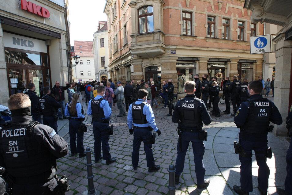 Sperre der Polizei an einer Ecke des Pirnaer Marktes.