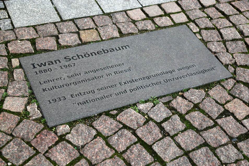 Diese vom Steinmetz Jan Giehrisch angefertigte Gedenktafel für Iwan Schönebaum befindet sich vor dem Haus Großenhainer Straße 3. Iwan Schönebaum wohnte ab 1919 in Riesa. Er war Musiklehrer, Organist, dirigierte das Riesaer Sinfonieorchester und war Organisator der Riesaer Kunstabende. Aus seiner Haltung gegen den Nationalsozialismus machte er keinen Hehl. Er wurde aus dem Schuldienst entlassen und zog nach Dresden.