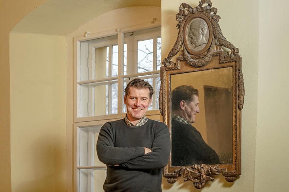 Spieglein, Spieglein an der Wand – nein, bei diesem alten Teil geht es nicht um die Schönheit. Doch der Schlossbesitzer von Kuppritz, Sebastian Flämig, ist froh, dass er den originalen Spiegel von der Tochter des letzten Gutsbesitzers bekommen hat.