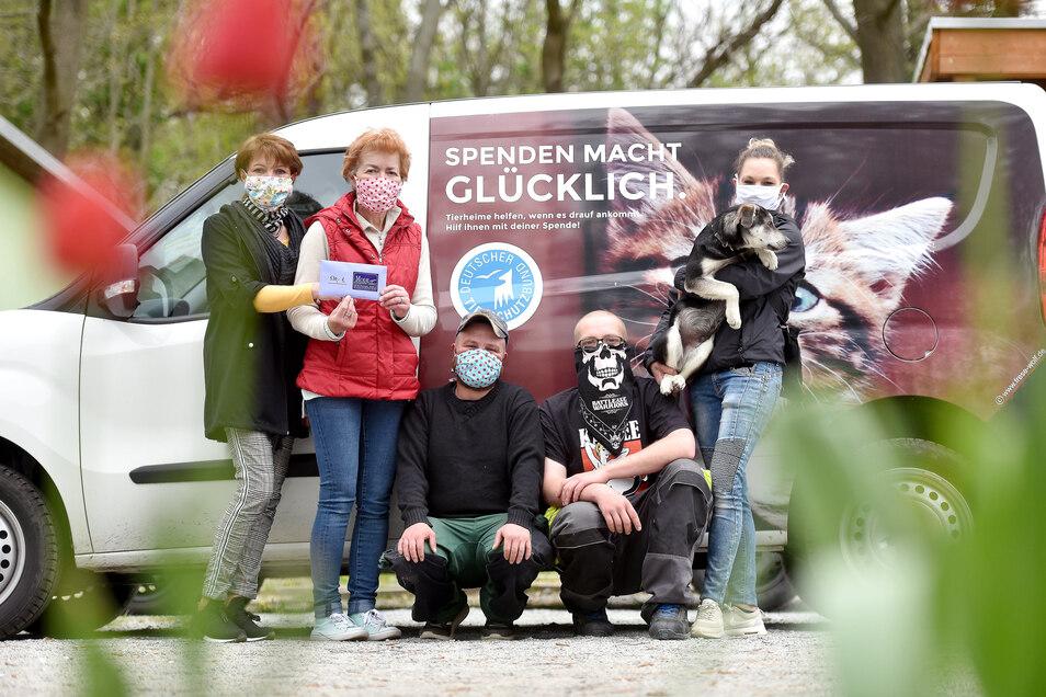 Die Bernstädter Boutique-Besitzerin Gabriele Düwell (links) übergab an die Leiterin des Tierheims Ramona Rude (2. von links) eine Spende in Höhe von 530 Euro, die sie mit ihren Masken eingenommen hat.