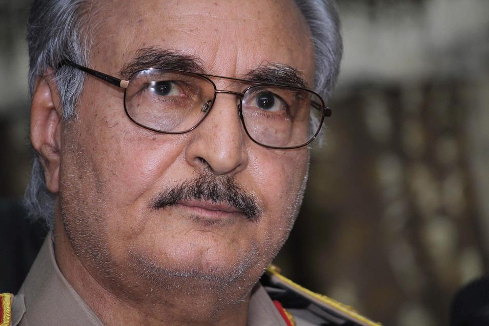 General Chalifa Haftar verkündet Waffenruhe in Libyen.