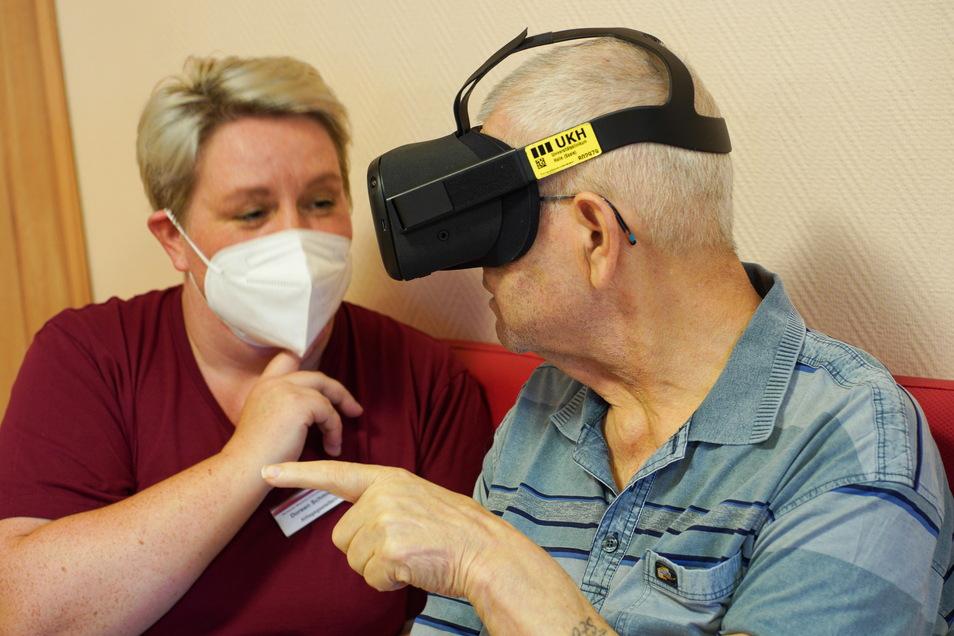 Alltaggestalterin Doreen Schmieder lässt einen Heimbewohner eine Virtual-Reality-Brille testen.