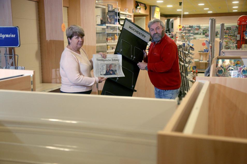 Der Zeitungsständer ist fast leer: Ramona und Hans-Jürgen Müller schließen an diesem Wochenende ihre Buchhandlung im Riesaer Bahnhof.