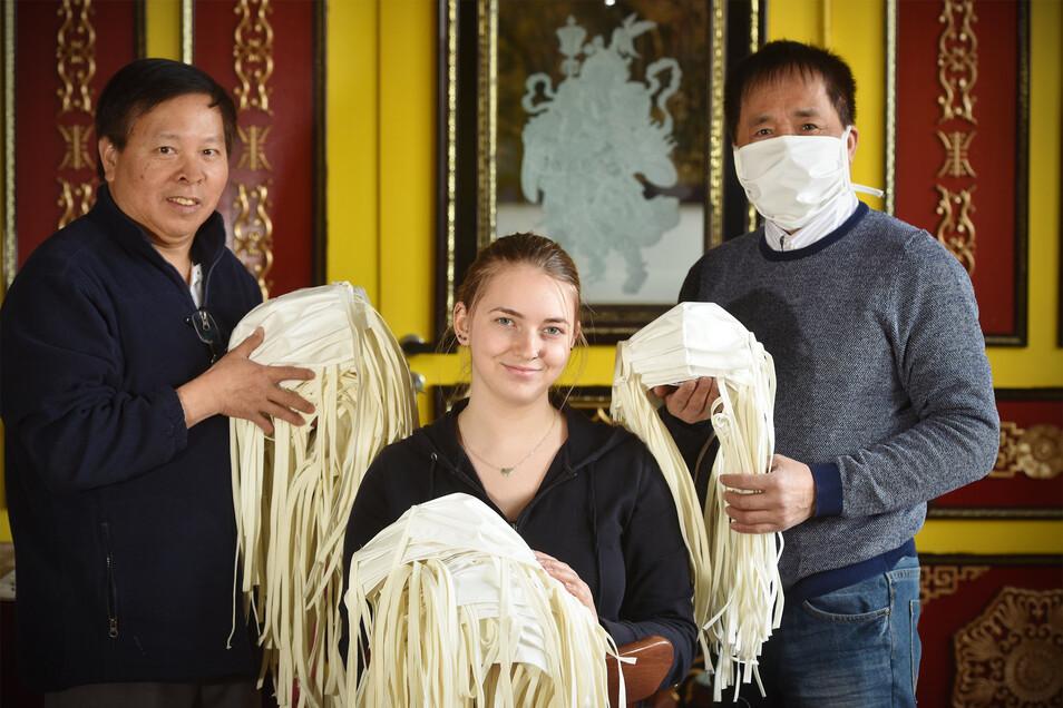 Mai Le Thanh, Frottana-Mitarbeiterin Jessica Meyer und Nguyen Van Trinh (v. l.).
