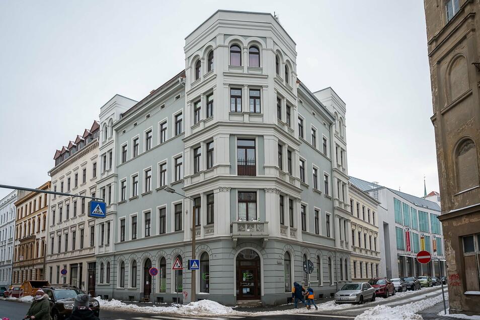 Von außen ist dem Eckhaus Bismarckstraße 27 bis auf ein paar Zettel an den Scheiben nichts anzusehen.