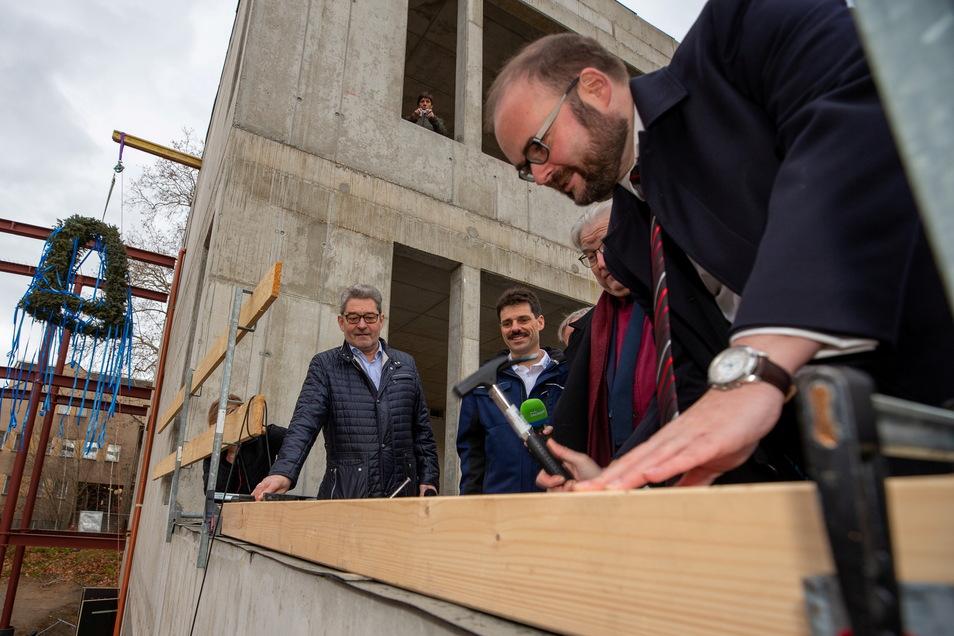 Sachsens Kultusminister Christian Piwarz 2019 beim Richtfest am Pirnaer Schiller-Gymnasium: Die Hoffnung, dass Zeit- und Kostenplan eingehalten werden, blieb unerfüllt.