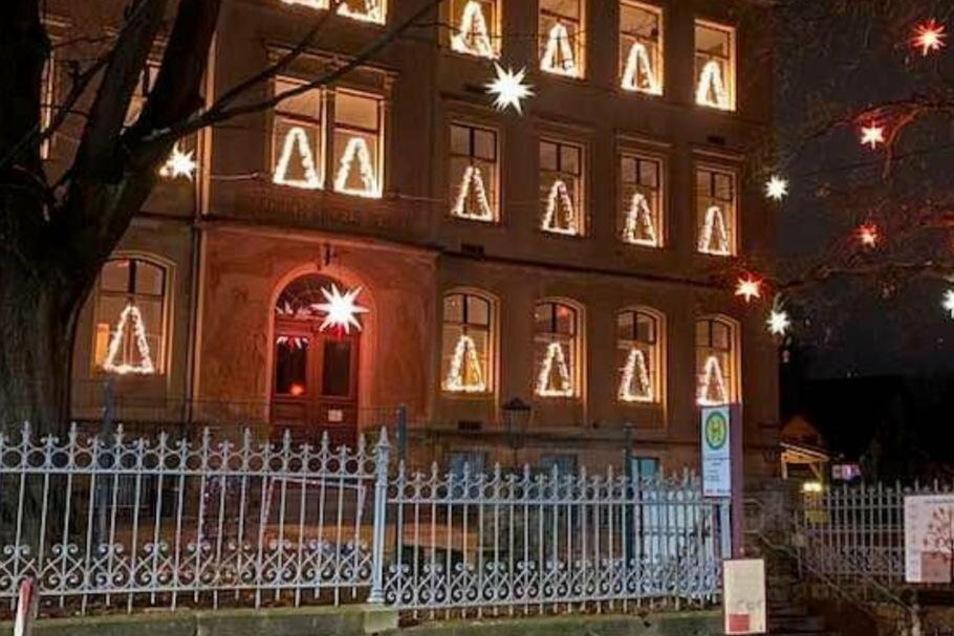 Die Fenster der Kleinnaundorfer Schule sind noch bis zum 2. Februar weihnachtlich geschmückt. Dann endet die 40-tägige Zeit nach Weihnachten mit Maria Lichtmess.