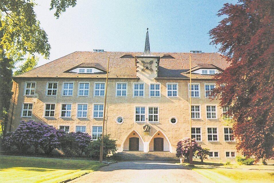 Die 1928 eingeweihte Pestalozzi-Schule Neusalza-Spremberg. Architekt war der Zittauer Richard Schiffner. Das in hellen Farben gehaltene Gebäude ist als Denkmal baugeschichtlich und ortsgeschichtlich von Bedeutung.
