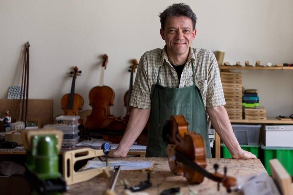 Streichinstrumentenbauer und Träger des Deutschen Musikinstrumentepreises Steffen Friedel in seiner Werkstatt.
