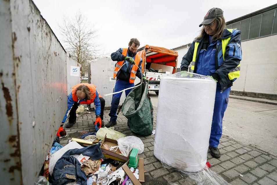 Der Wertstoffcontainerplatz an der Dr.-Kahlbaum-Allee in Görlitz gehört zu den Plätzen, die am häufigsten vermüllt sind. Hier wird gedankenlos weggeworfen, was nicht mehr gebraucht wird. Mitarbeiter von Sapos beräumen die Standorte im städtischen Auftrag.