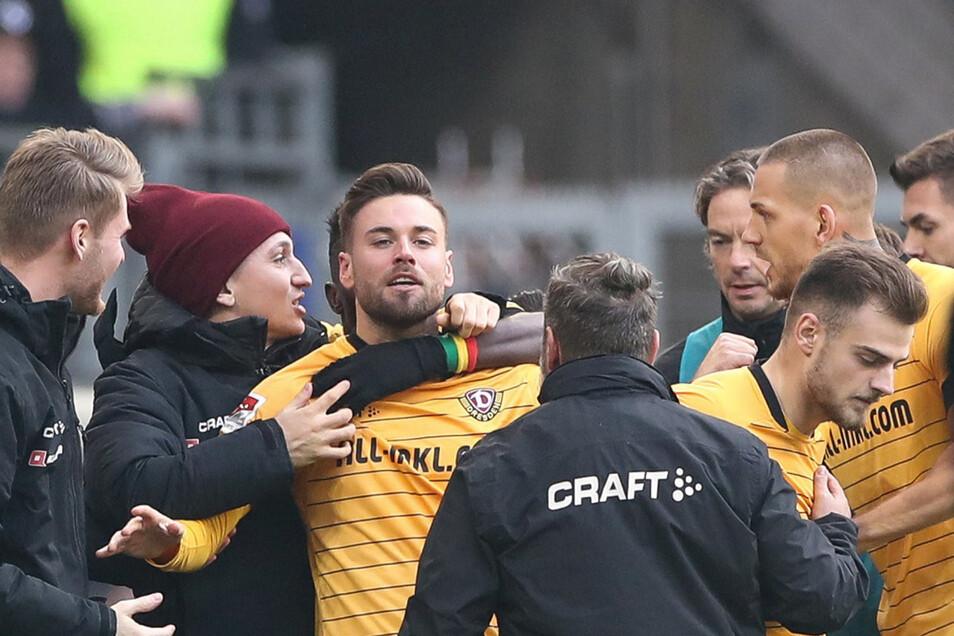 Niklas Kreuzer (M) feiert sein Tor zum 1:0 für Dynamo mit seinen Mitspielern.