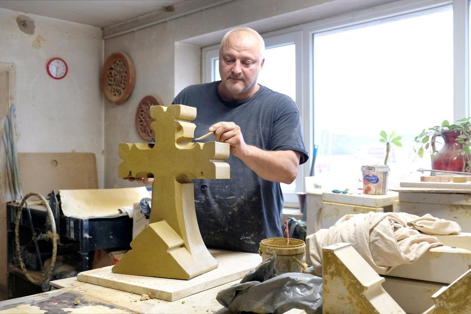 Handformer Hannes Lohse vom Ziegelwerk Huber arbeitet an der Spitze für die Emmauskirche in Leipzig.