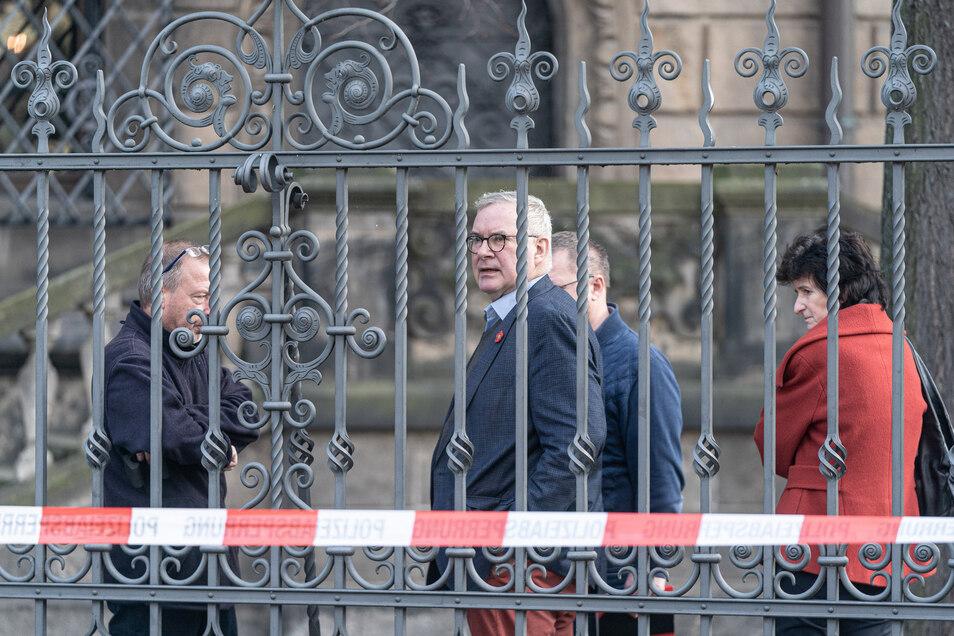 Nach dem Einbruch ins Grüne Gewölbe am frühen Morgen des 25. November kam Direktor Dirk Syndram (M.) zum Tatort.