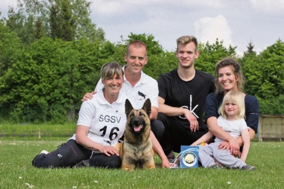 Familienfoto mit Siegerhund: Christine Schmidt (links) errang bei Landesmeisterschaft in Massanei mit ihrer Hündin Tess den ersten Platz. Mit ihr freut sich die Familie mit Ehemann Tino und den Kindern Tito, Tibby und Lina.