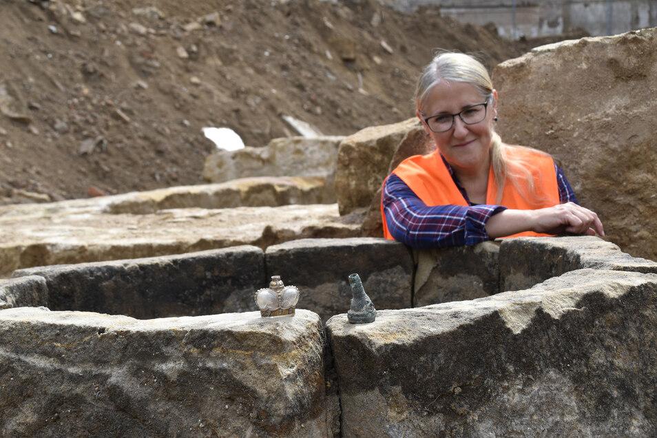 Ausgrabungsleiterin Beata Happel präsentiert die Funde der Ausgrabung, die bis ins 12. Jahrhundert zurückreichen.
