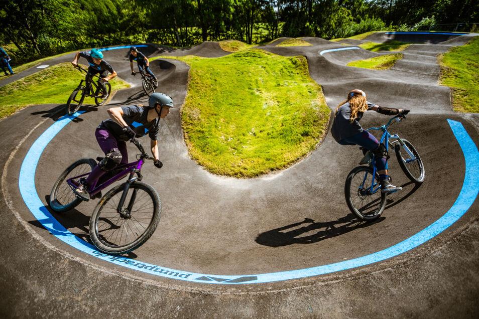 Ein Mountainbiker-Quartett aus Dresden, das vom Erbauer der Anlage extra für die Einweihung engagiert worden war, zeigte, was auf dem Pumptrack möglich ist.