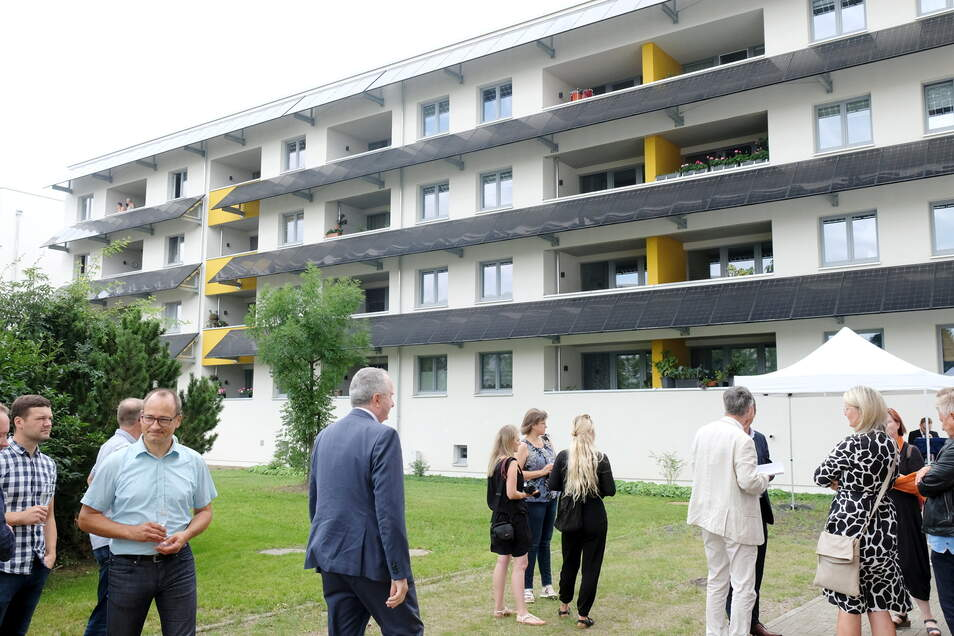 Staatsminister Thomas Schmidt (M.) war unter den Gästen bei der offiziellen Übergabe eines weiteren energieautarken Wohnhauses am Albert-Mücke-Ring.