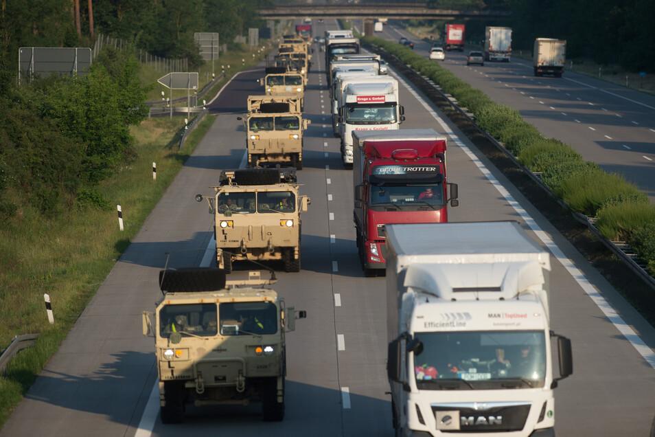 Lastwagen der US-Army fahren nahe Grabow über die Bundesautobahn 2 in Sachsen-Anhalt.